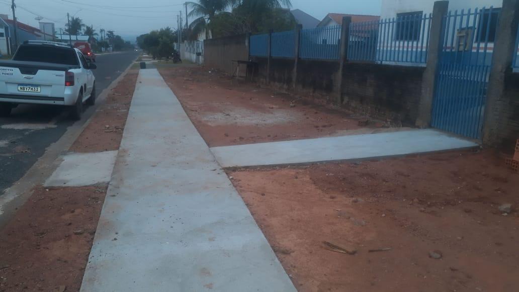 Construção de calçada, na Subsede, em Cerejeiras.